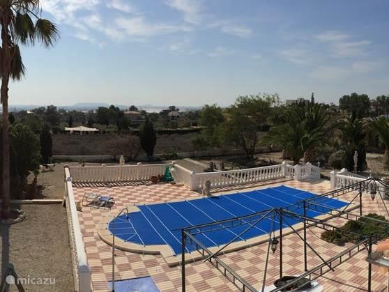 Gedurende de wintermaanden is het zwembad met cover voorzien.