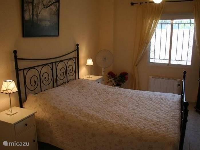 Lichte slaapkamer voorzien van airo.