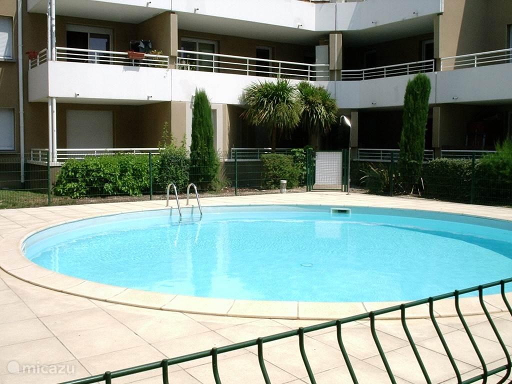 In het mooie zwembad is het vaak heerlijk rustig