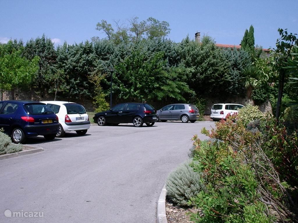 De privé parkeerplaats voor de deur