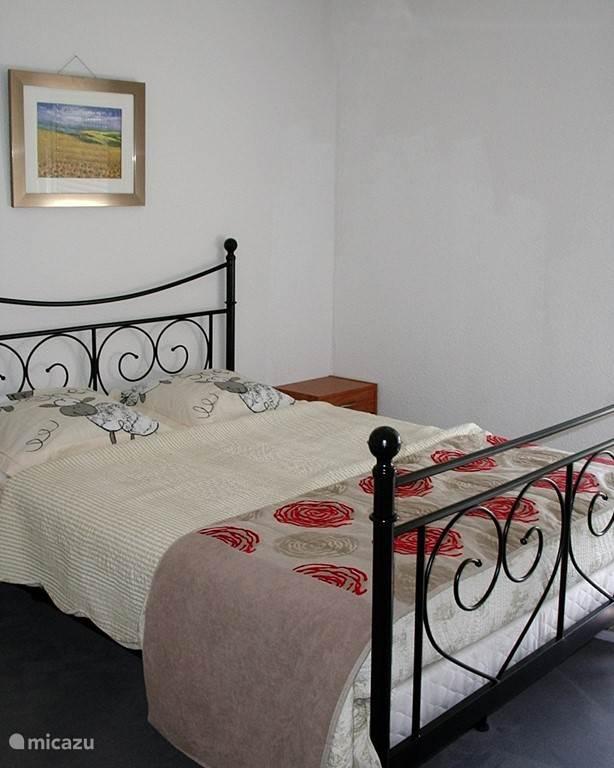 Slaapkamer met tweepersoons ledikant