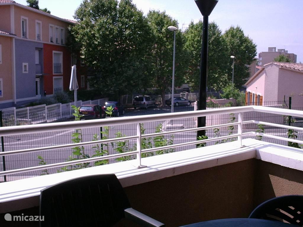 Vanaf het balkon kijk je op (zeer rustige) buurt