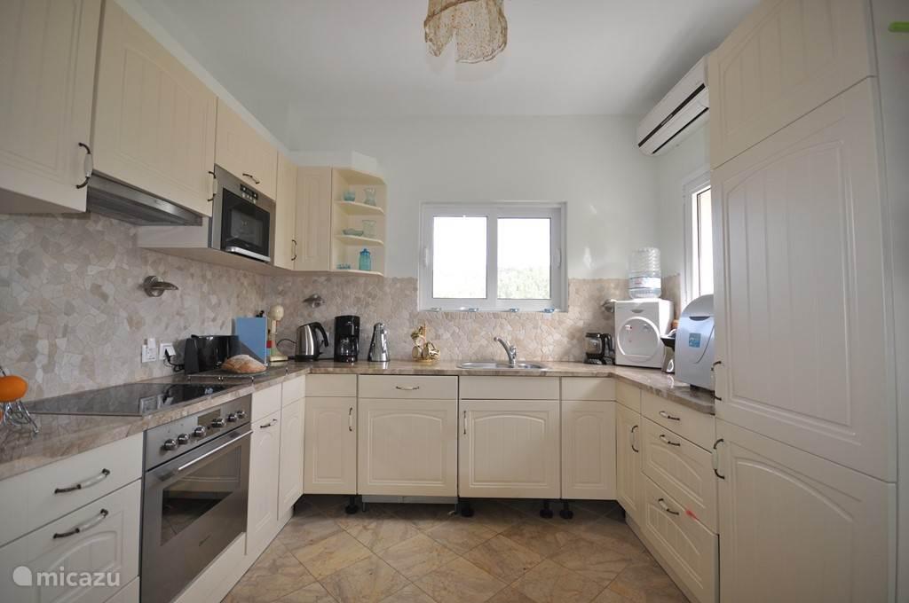 Zeer ruime en compleet ingerichte keuken
