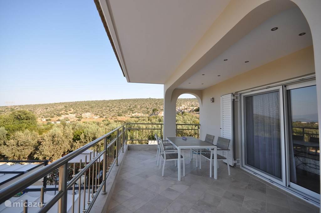 Balkon met tafel en stoelen , slaapkamer Vicka