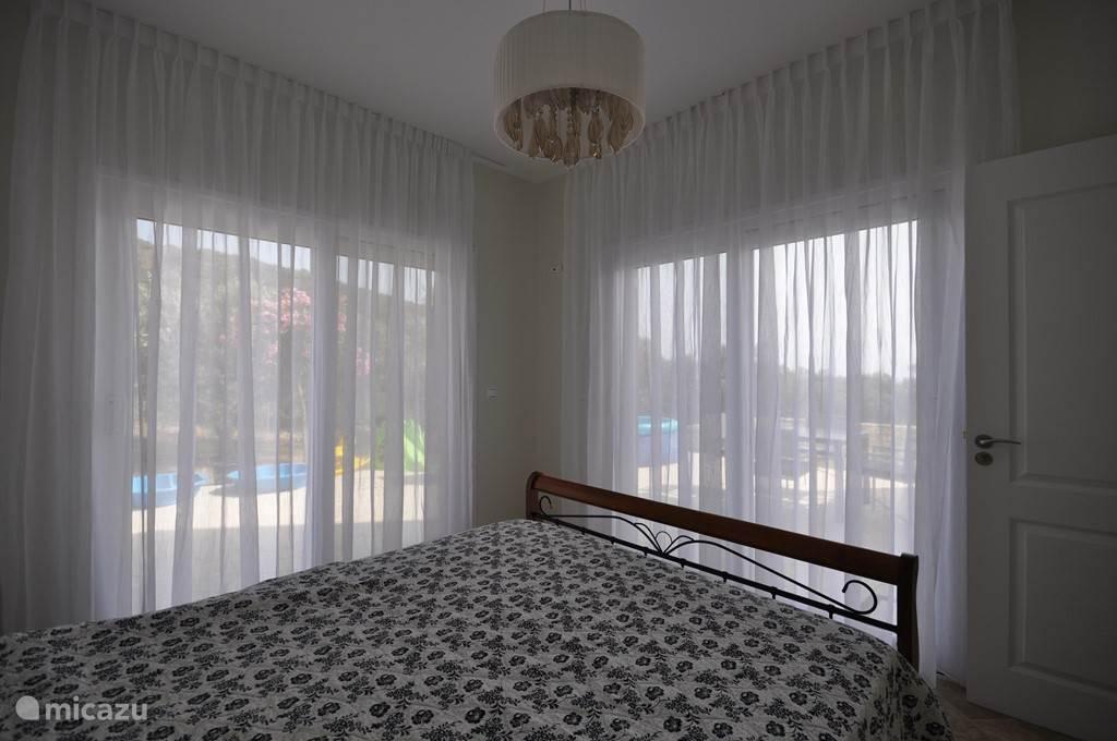 Slaapkamer Jenny, schuifdeuren naar het zij terras en het prive gedeelte van het voor terras