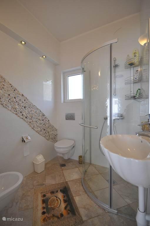 Badkamer Jenny , begane grond met Douche, bidet en toilet. Het mozaik is gemaakt door mijn vrouw van strandvondsten