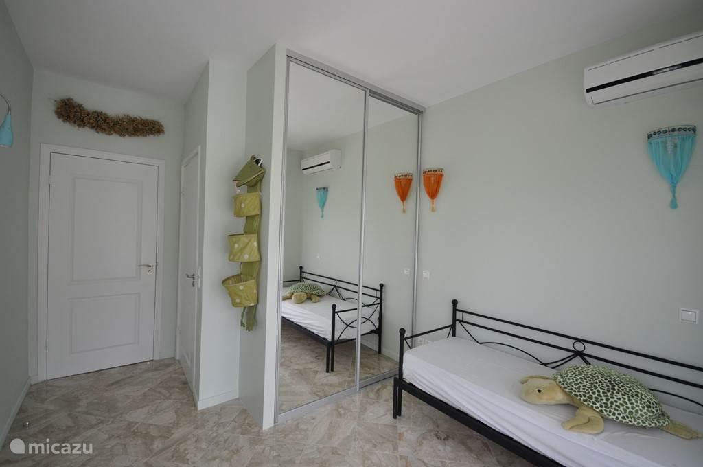Slaapkamer Nicka met grote spiegelschuifdeuren kast en airconditioning