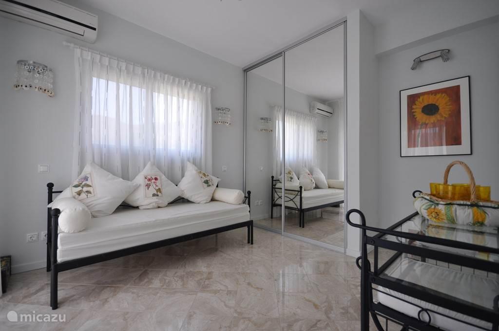 Slaapkamer Sacha  bed is uitschuifbaar tot tweepersoonsbed. Eigen balkon met een terras setje, Grote spiegelschuifdeurenkledingkast, badkamer met douche, wastafel en toilet , airconditioning