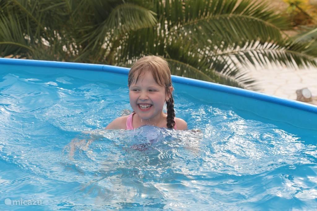 Onze jongste dochter heeft veel plezier in dit ideale familie zwembad