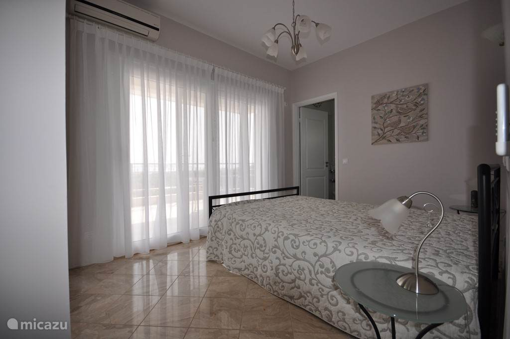 Slaapkamer Vicka. dubbelbed.  schuifdeuren naar eigen balkon , airconditioning, Grote spiegelschuifdeurenkledingkast