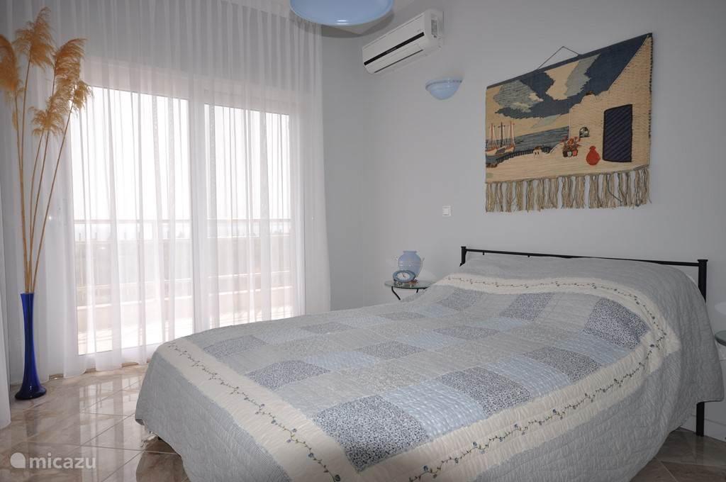 Slaapkamer Yanna, dubbelbed, schuifdeuren naar twee terrassen. Grote spiegelschuifdeurenkledingkast, airconditioning
