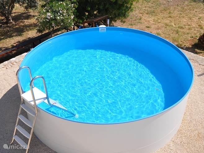Zwembad verwarmd met zonneboiler en schoonwater door goede filterinstallatie doorsnede 4,20 meter en diep 1,20 meter