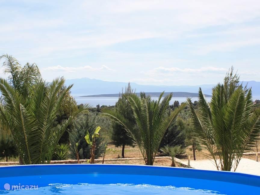 het uitzicht vanuit ons zwembad.
