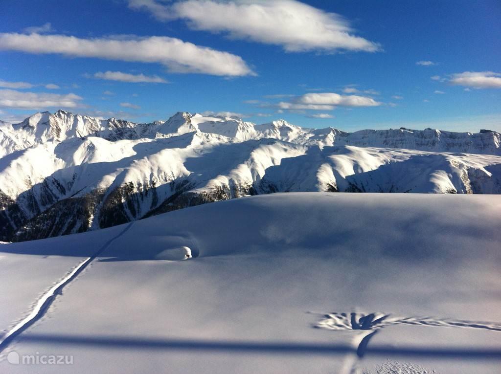Zicht op de bergen rondom bij het skien