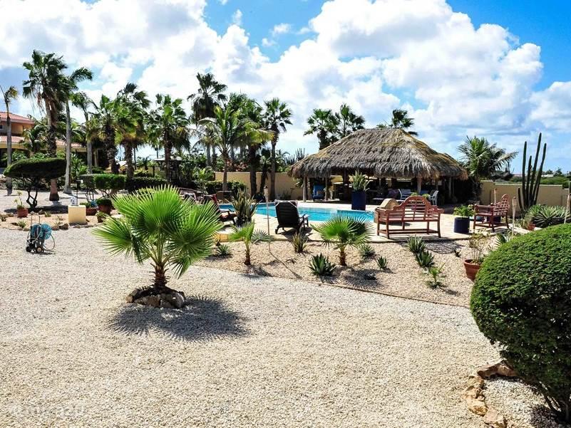 Hier ziet u het prachtige uitzicht vanuit de villa de tropische tuin en de pool en gazebo