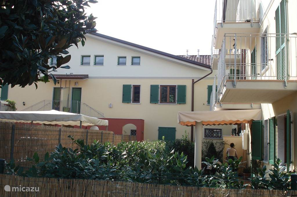 Foto van de entree van Casa-Toscana vanaf de parkeerplaats