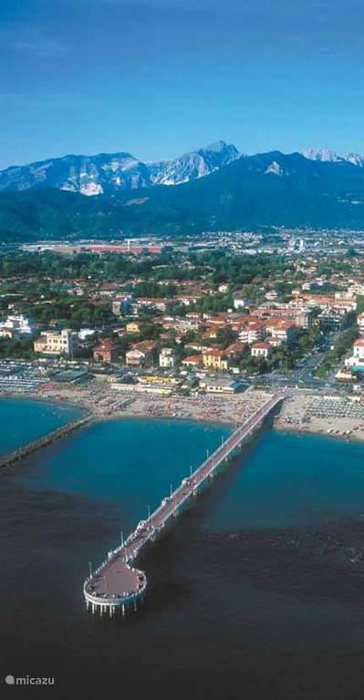De pier van Marina di Massa met op de achtergrond de marmergroeven en daartussen Casa-Toscana