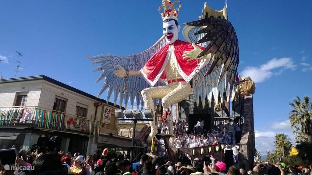 Carnaval in Viareggio (30 km)