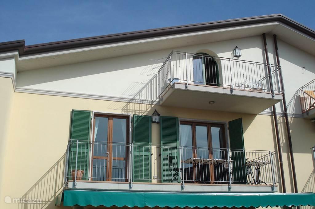 Zuidzijde van Casa-Toscana met de beide balkons