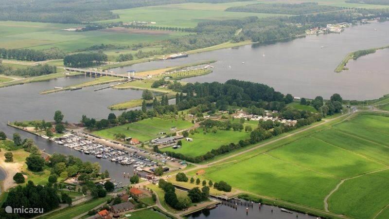 Toplocatie Nijkerkernauw met schitterende fiets routes in de omgeving...... Met Brasserie, fietsverhuur, sloepverhuur, Kidsclub, Zwembad en wellness op het park. Haven, strand, pannenkoekenhuis en forel visvijver zeer dichtbij. Spakenburg, Nijkerk Biddinghuizen (Walibi) en Harderwijk (Dolfinarium)
