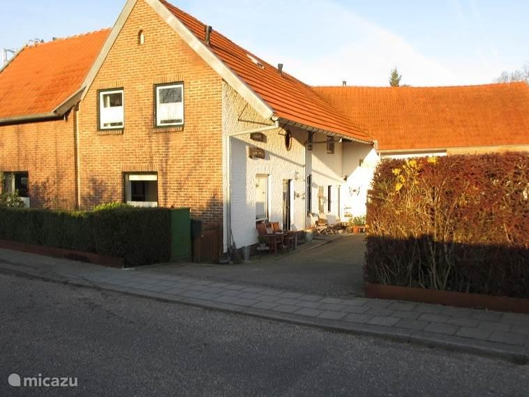 De Craubekerhof gezien vanuit de straat