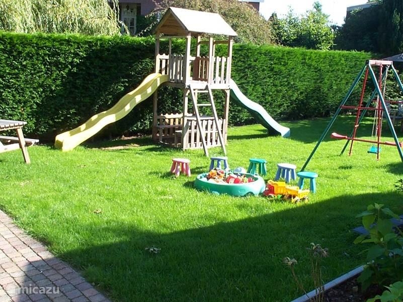 Dezelfde tuin met de speeltoestellen voor uw kinderen.