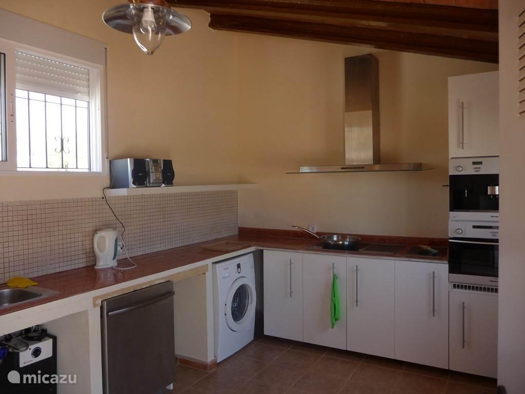 Outside kichen incl. koelkast, oven, koffie automaat, afwasmachine, inductie, wok, friteuse en wasmachine