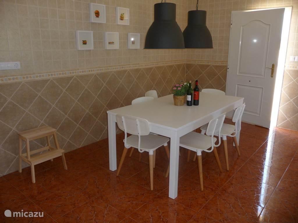 Keuken met keukentafel die vergroot kan worden