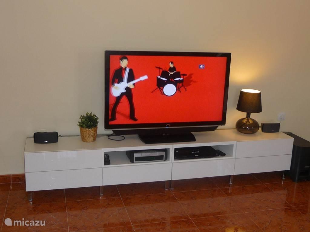 Woonkamer met schotel TV en muziek installatie