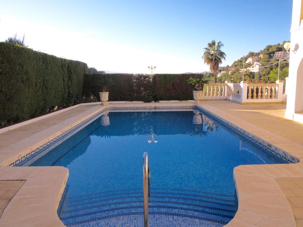 Genieten van het heerlijke klimaat in onze sfeervolle villa met prachtig zwembad . In april en de meivakantie 20 % korting .  24-6 tot 8-7 vrij!