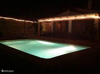 Zwembad bij avond
