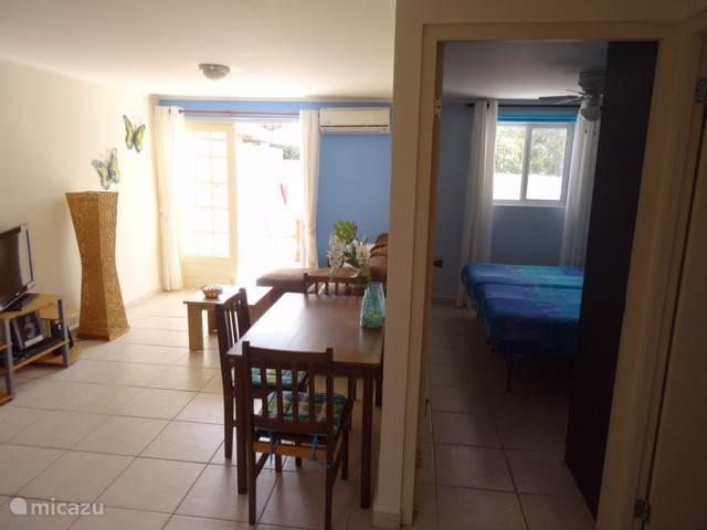 Zicht op zitkamer, eethoek, slaapkamer en terras