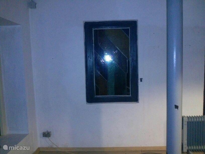glas in lood raam tussen keuken en hal