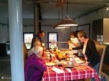 Gezellig tafelen in de zeer ruime keuken
