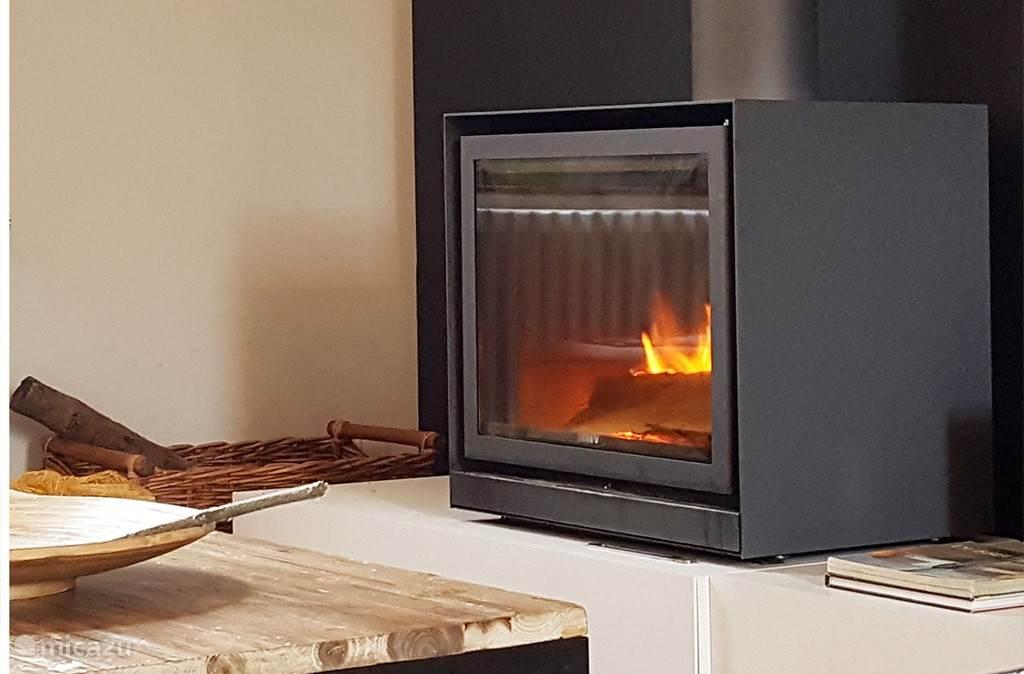 In de living verspreid de houtkachel zijn heerlijke warmte.