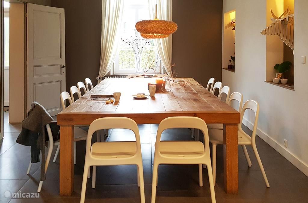 De stoere tafel nodigt uit tot lange avonden.