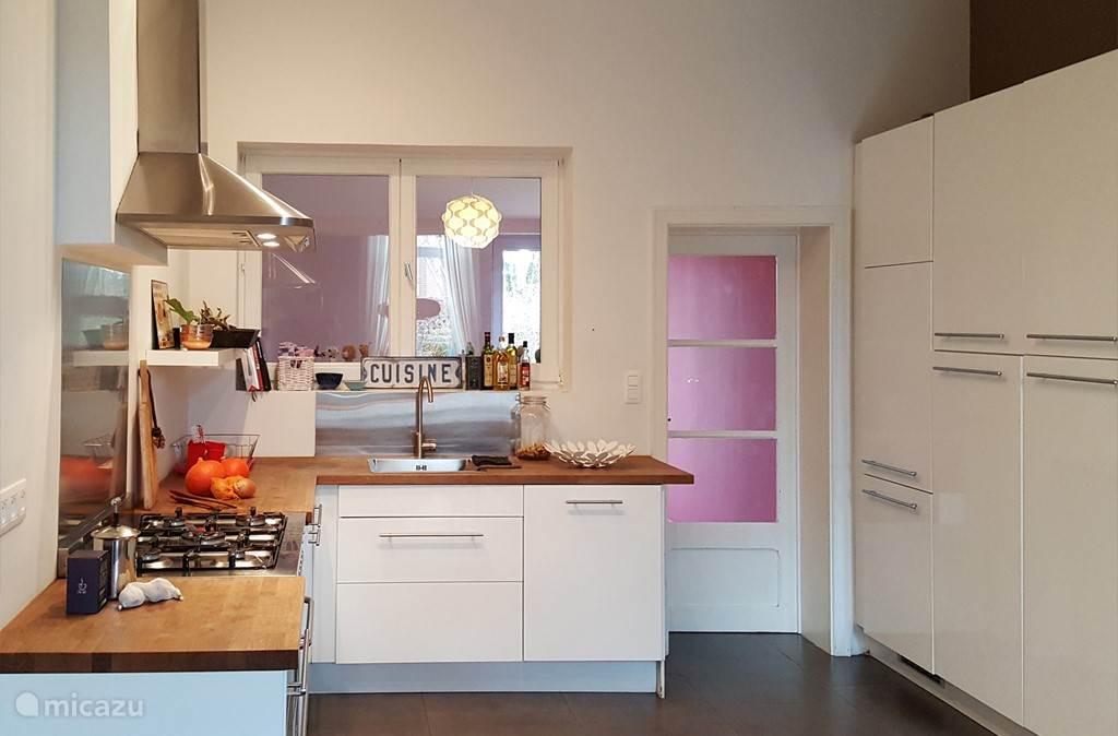 De keuken is volledig uitgerust en heeft veel kastruimte.