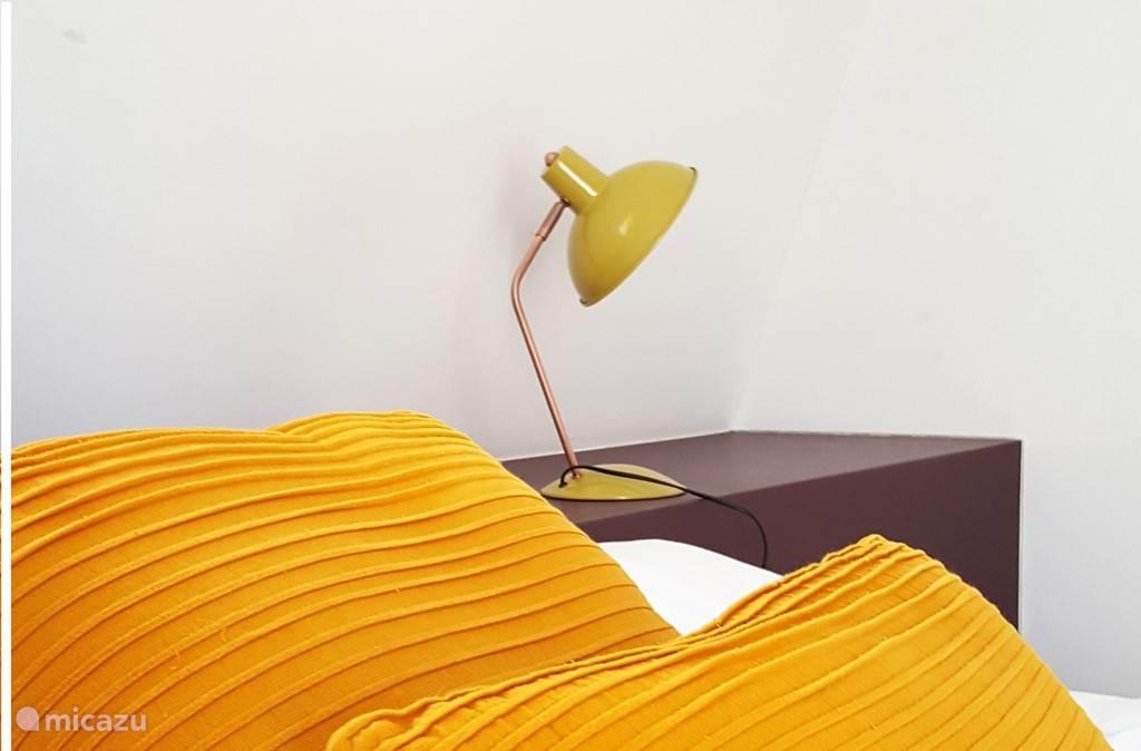 De kussens en lampen zorgen voor een leuk accent.