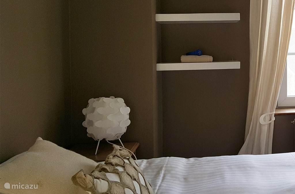 Plankjes tegen de muur voor uw handdoeken.