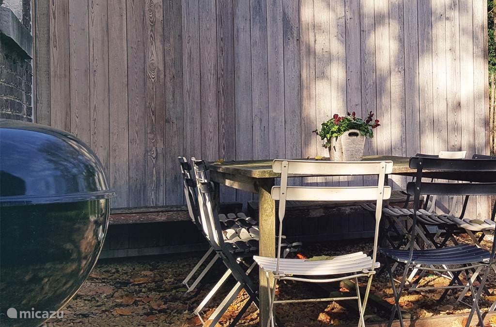 Buiten aan de achterzijde de ruime tuin.
