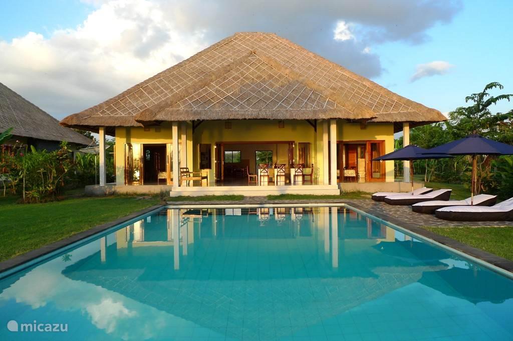ruime vrijstaande villas met groot prive zwembad gelegen in prachtige tropische tuin