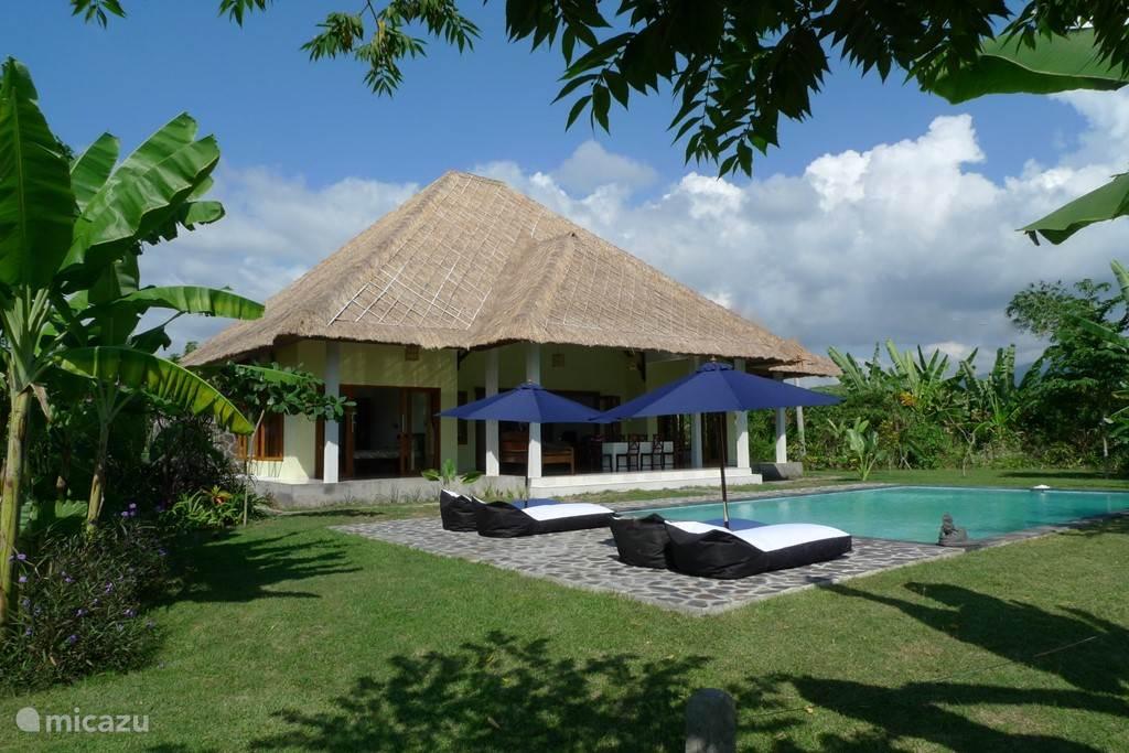 de Villa gezien vanuit de tropische tuin