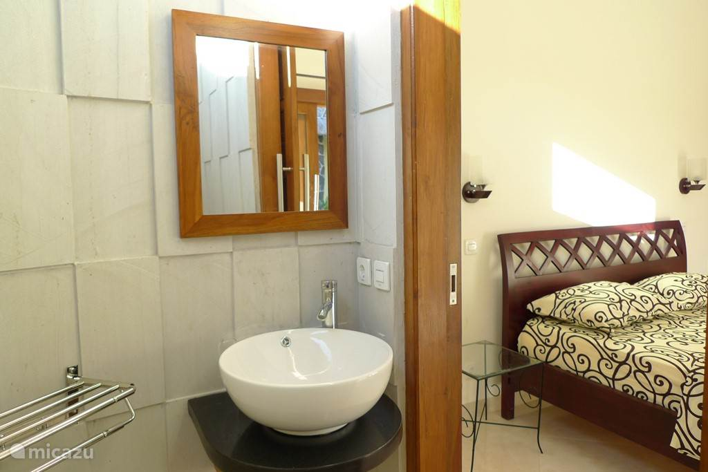 er zijn vier slaapkamers met eigen badkamer waarvan een met badkuip. Drie slaapkamers hebben twee persoonsbedden en een slaapkamer heeft twee een persoonsbedden. Er is een kinderbedje en kinderstoel aanwezig.