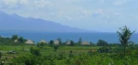direct aan zee gelegen villa's gezien vanuit de bergen