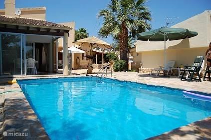 privé zwembad achter de villa .