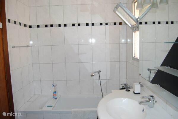 Badkamer van hoofdslaapkamer
