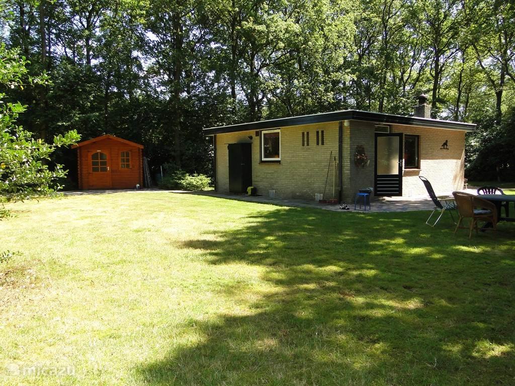 Ruime tuin aan de achterzijde van de bungalow