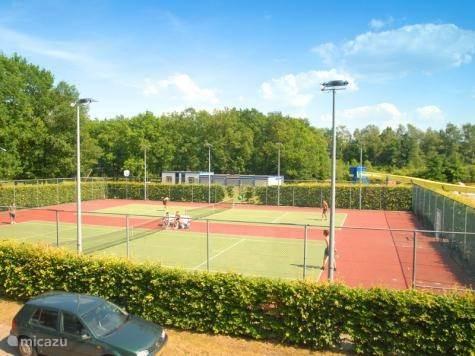 Tennisbanen op de camping.