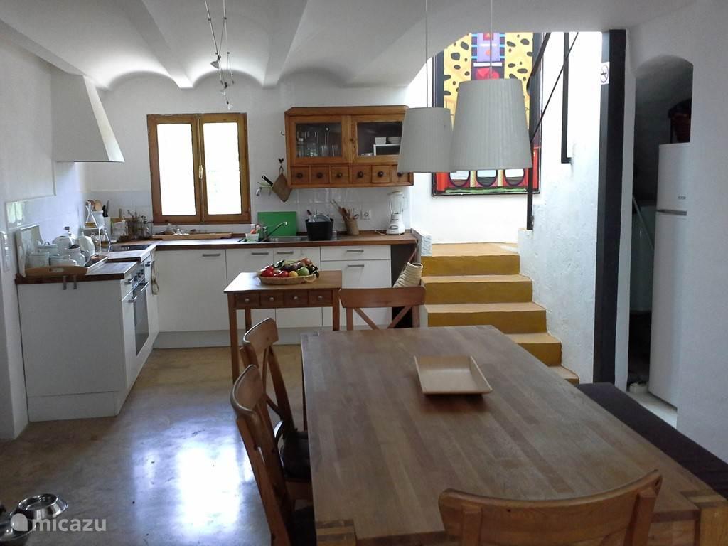 Woon, eetkamer, keuken met trap naar 1e verdieping