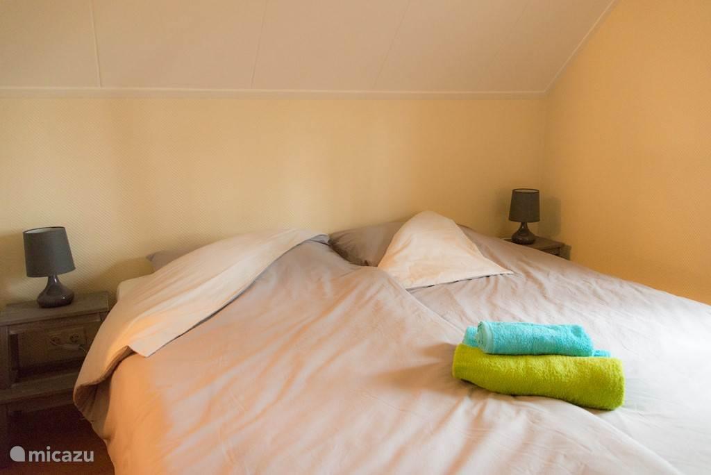 2 c.v. verwarmde slaapkamers met 1-persoons (nieuwe) boxspringbedden.  voldoende kastruimte aanwezig